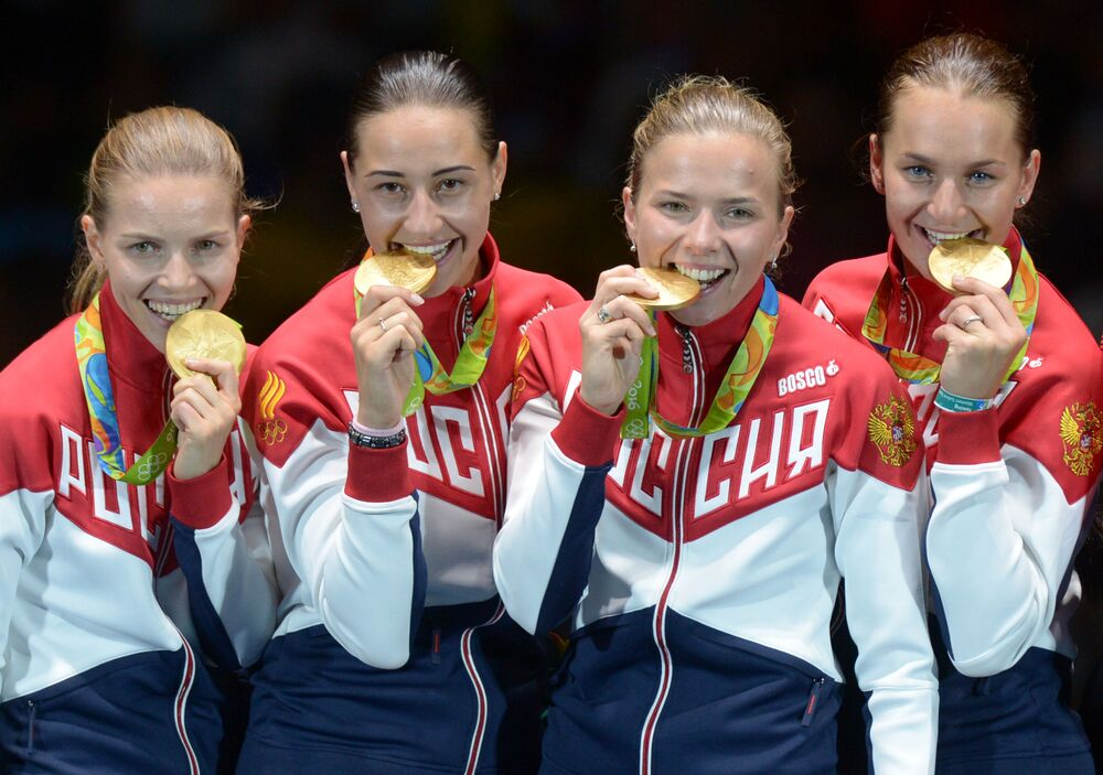 لاعبات الفريق الروسي للمبارزة يقزن بالميدالية الذهبية في منافسات الفرق في المبارزة للنساء في دورة الألعاب الأولمبية الصيفية الحادية والثلاثين