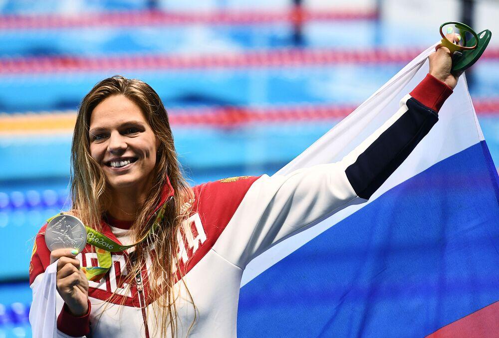 الروسية يوليا يفيموفا التي فازت بالميدالية الفضية في سباحة الصدر 200 متر للنساء