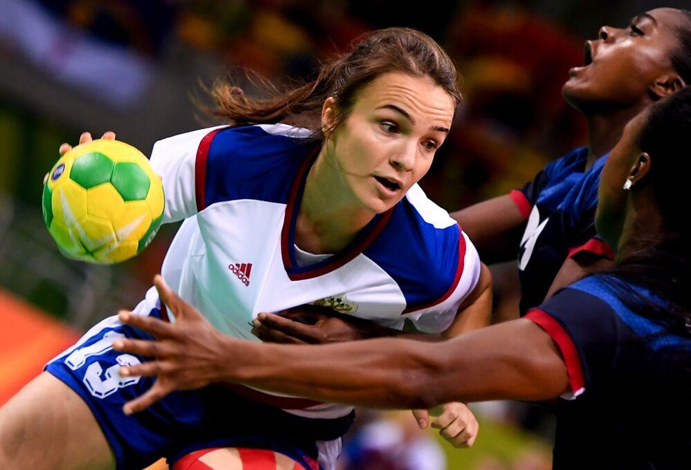 لاعبة المنتخب الروسي لكرة اليد آنا فياهيريفا في مباراة ضد فرنسا في دورة الألعاب الأولمبية