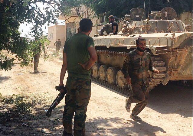 جنود من الجيش السورى خلال تقدم القوات السورية في جنوب غرب حلب