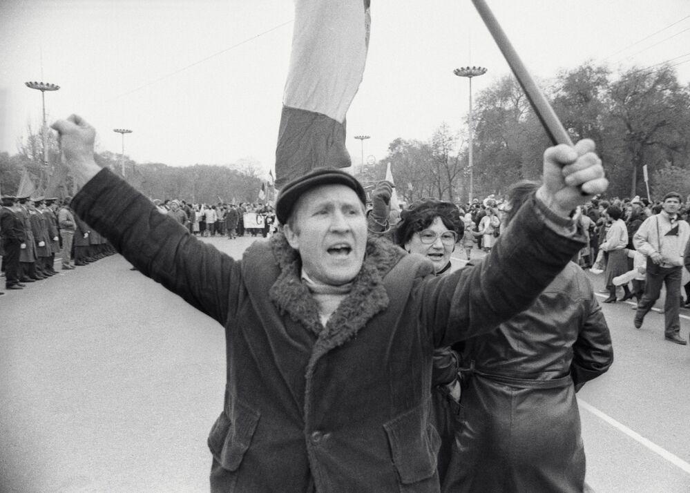 المتطرفون من الجبهة الشعبية يسدون الطريق في العاصمة كيشينيوف، مولدافيا، عام 1989