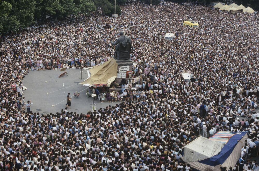 حشود كبيرة تجمعت في ساحة سفوبودا (الحرية)  في العاصمة يريفان، أرمينيا 1990