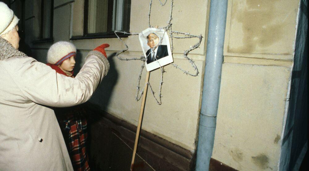 صورة لآخر رئيس الاتحاد السوفيتي ميخائيل غورباتشيوف في أحد شوارع مدينة ريغا، لاتفيا عام 1991