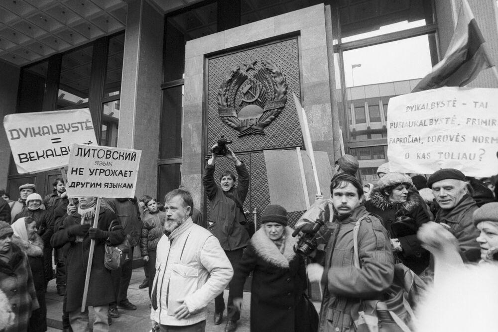 المشاركون في اعتصام أمام المجلس الأعلى لجمهورية ليتوانيا الاشتراكية السوفياتية في العاصمة فيلنيوس، ليتوانيا 1989