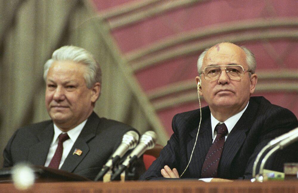 رئيس برلمان جمهورية روسيا الاتحادية السوفيتية بوريس يلتسين ورئيس الاتحاد السوفيتي ميخائيل غورباتشوف (من اليسار إلى اليمين) في رئاسة المؤتمر الرابع لنواب الشعب للاتحاد السوفيتي.