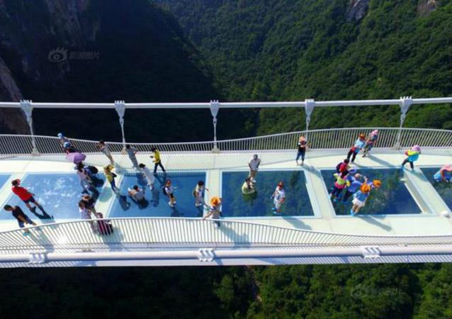 أول جسر زجاجي في العالم