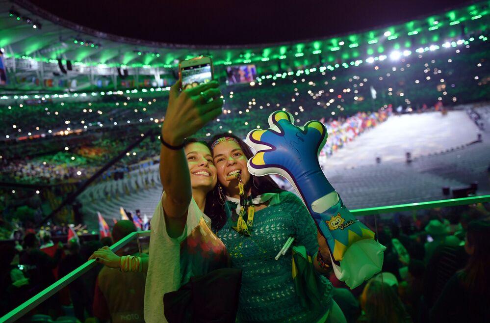 وداعاً ريو 2016 - جماهير يلتقطون صور سيلفي على خلفية استاد ماراكانا خلال مراسم انتهاء الألعاب الأولمبية الصيفية الـ 31 في ريو دي جانيرو، 21 أغسطس/ آب 2016