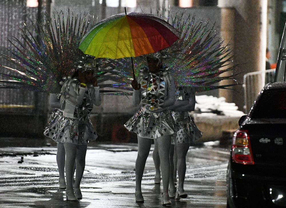 وداعاً ريو 2016 - فنانون قبيل عرضهم المسرحي استاد ماراكانا خلال مراسم انتهاء الألعاب الأولمبية الصيفية الـ 31 في ريو دي جانيرو، 21 أغسطس/ آب 2016