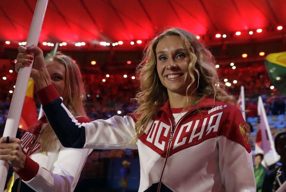 وداعاً ريو 2016 - الثنائي الروسي ناتاليا إيشينكو وسفيتلانا روماشينا، الفائزتان بذهبيتين في دورة الألعاب الأولمبية في ريو دي جانيرو للسباحة التزامنية، تحملان علم بلادهما في الحفل الختامي للدورة في استاد ماراكانا خلال مراسم انتهاء الألعاب الأولمبية الصيفية الـ 31 في ريو دي جانيرو، 21 أغسطس/ آب 2016