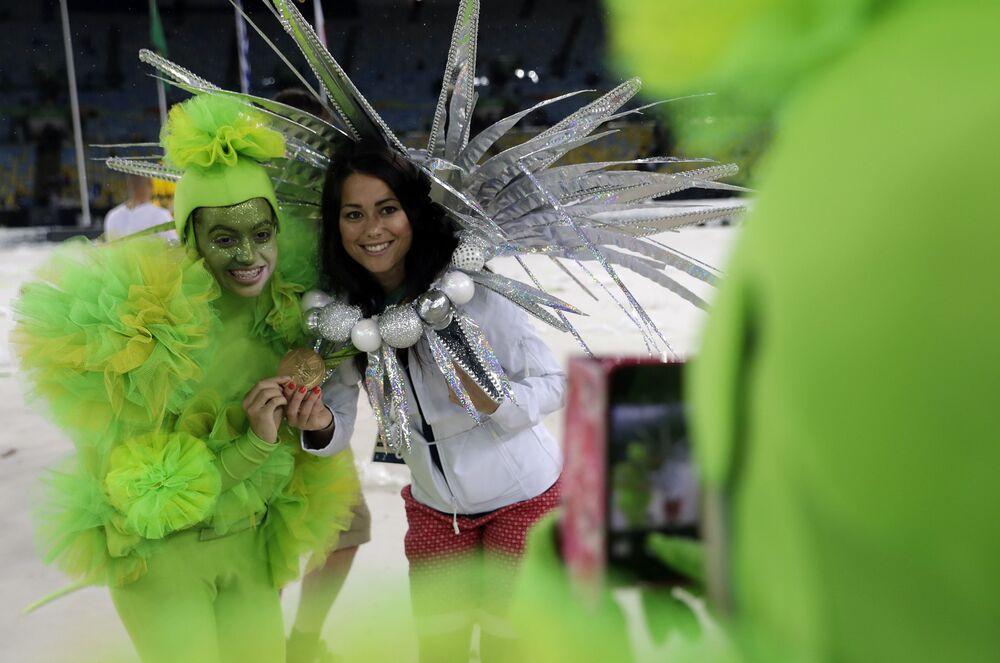 وداعاً ريو 2016 - رياضية بريطانية سام كويك تقف أمام الكاميرات في استاد ماراكانا خلال مراسم انتهاء الألعاب الأولمبية الصيفية الـ 31 في ريو دي جانيرو، 21 أغسطس/ آب 2016