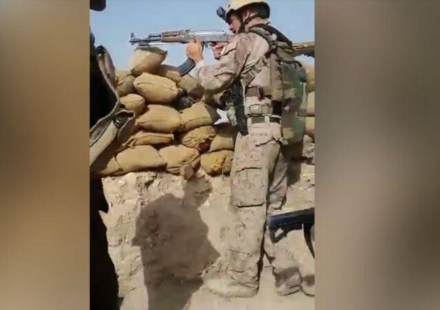 جندي أمريكي يستخدم بندقية كلاشنكوف لصد هجوم لـداعش في سنجار