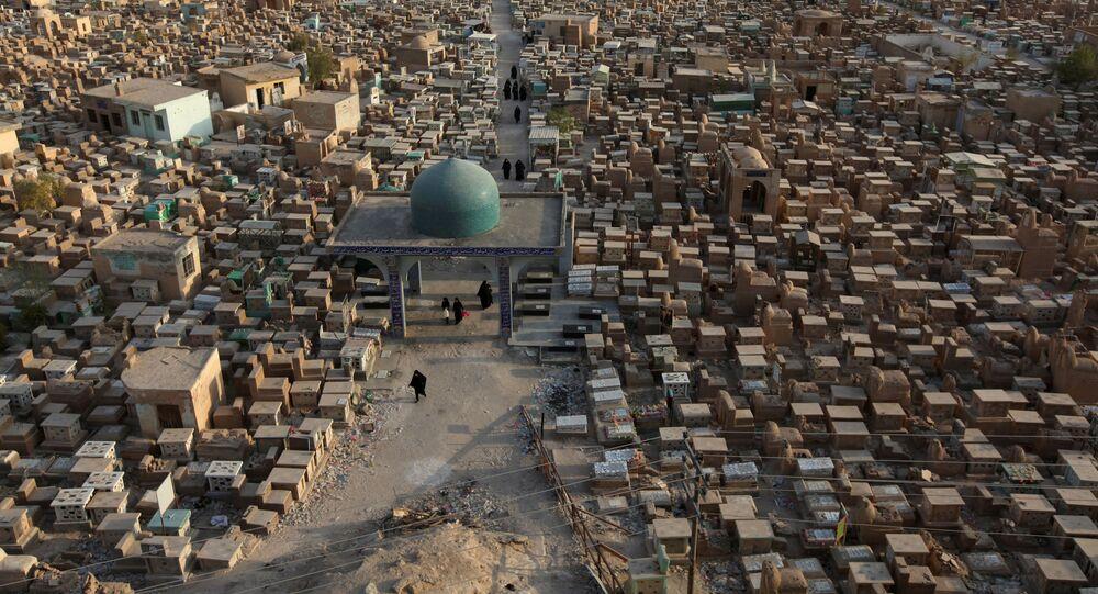 مقبرة وادي السلام بمحافظة النجف العراقية، حيث مرقد الإمام علي بن أبي طالب عليه السلام، أكبر مقبرة في العالم