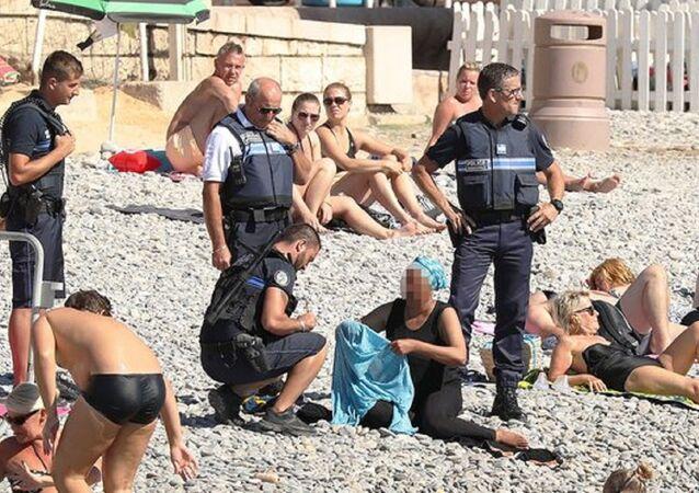 الشرطة الفرنسية تجبر امرأة مسلمة على خلع الملابس