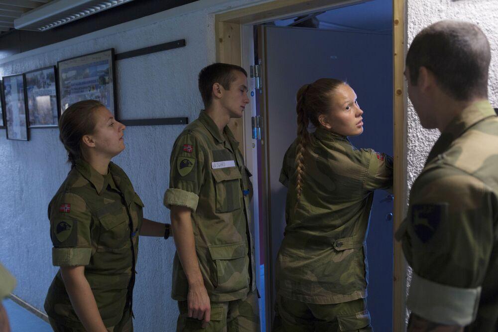 سيترموين، النرويج، 11 أغسطس/ آب 2016 - المجندات والمجندون خلال التحقق من الجاهزية القتالية للقوات النرويجية.