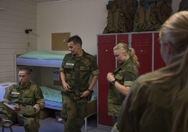 سيترموين، النرويج، 11 أغسطس/ آب 2016 - المجندات النرويجيات خلال التحقق من الجاهزية القتالية للقوات النرويجية.
