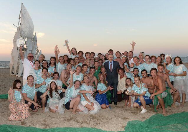 الرئيس الروسي فلاديمير بوتين خلال أخذ صورة جماعية مع المشاركين في منتدى الشبابي الروسي تافريدا في القرم