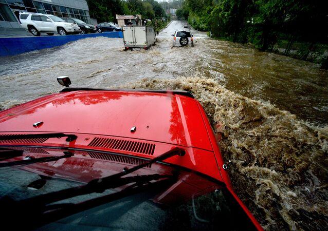 سيارات تسبح - أمطار غزيرة في فلاديفوستوك، روسيا