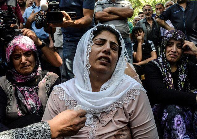 نساء خلال الجنازة، تبكي ضحايا الهجوم الارهابي الذي وقع في حفل زفاف في غازي عنتاب، تركيا 21 أغسطس/ آب 2016