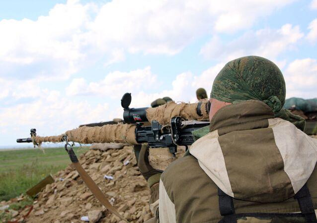 عنصر تابع لوحدات الحماية الشعبية في دونباس