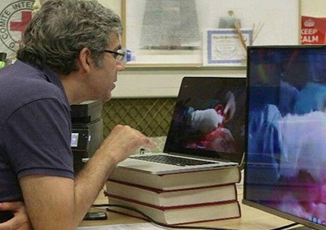 طبيب يشرف على عملية جراحية عن طريق سكايب