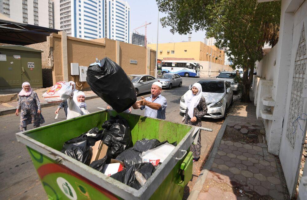 الحجاج الروس ينظفون الشارع من القمامة في مكة