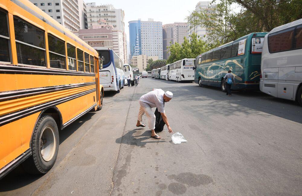 الحجاج الروس وهم ينظفون الشارع من القمامة في مكة