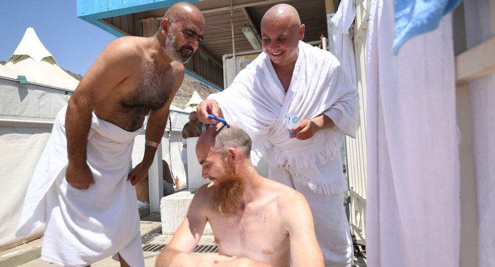 الحجاج الروس يقومون بقص شعرهم أثناء تأديتهم لمناسك الحج في مكة