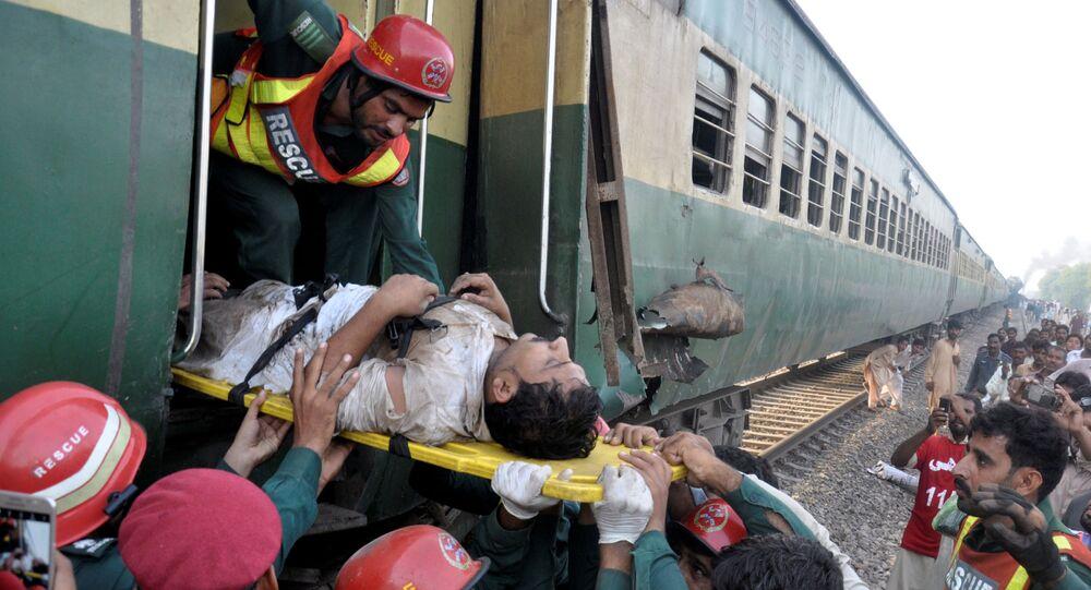 رجال الإنفاذ خلال عمليات انقاذ بعض الأشخاص خلال تصادم قطارين فى باكستان