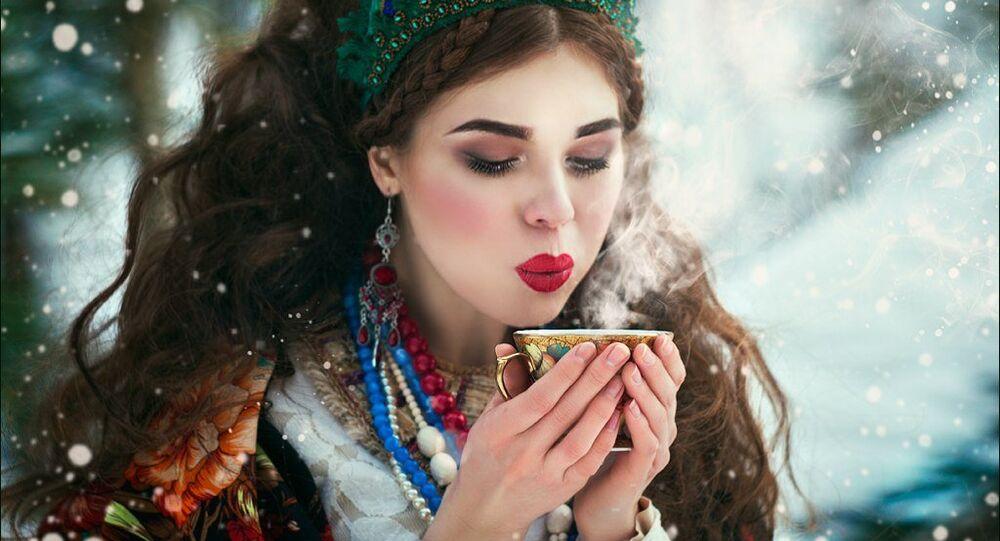 فتاة تشرب الشاى