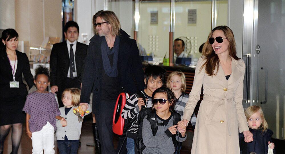 أنجلينا جولي وبراد بيت وأولادهما الستة