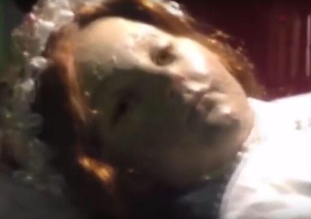 مومياء طفلة مكسيكية عمرها 300 سنة تفتح عيونها في الكنيسة