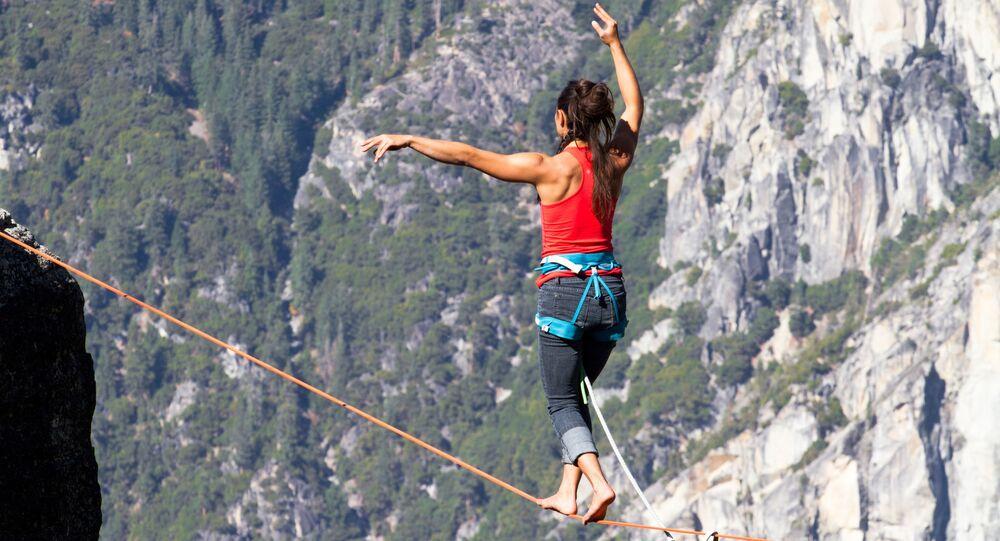 اليوم العالمي للسياحة - المشي على حبل بين جبلين أو جرفين.