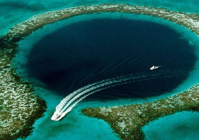 اليوم العالمي للسياحة -حفرة ضخمة في مياه دولة بليز