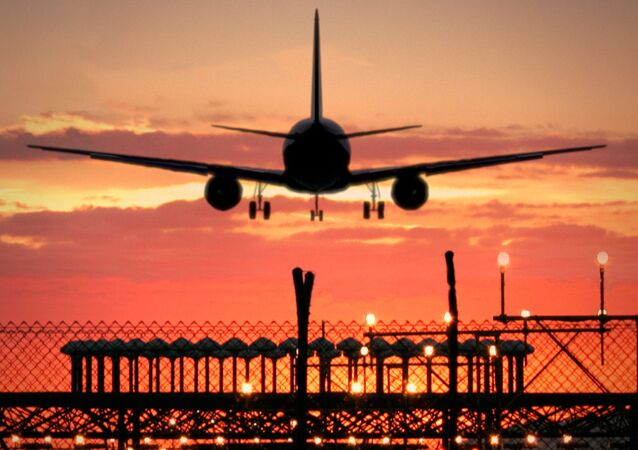 طائرة تهبط في مطار مصنع الطائرات بمدينة إيركوتسك