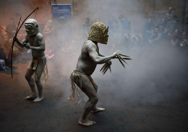 ممثلو رجال أسارو ماد من وادي أسارو في بابوا غينيا الجديدة، وذلك خلال مراسم طقس الترحيب بزوار المتحف المحلي في أستراليا، 29 سبتمبر/ أيلول 2016