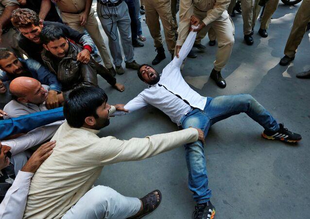 الشرطة الهندية تعتقل أحد عناصر المؤيدين لحزب أوامي اتحاد في سريناغار، 24 سبتمبر/ أيلول 2016