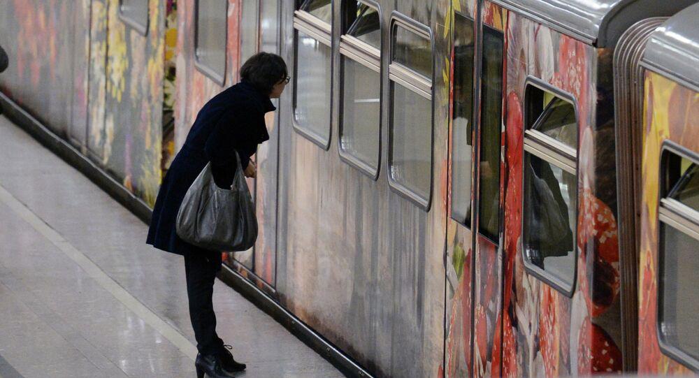 قطار جديد في ميترو موسكو اسمه أكفاريل بحيث يمكنكم مشاهدة مناظر للمدينة من داخل وخارخ القطار.