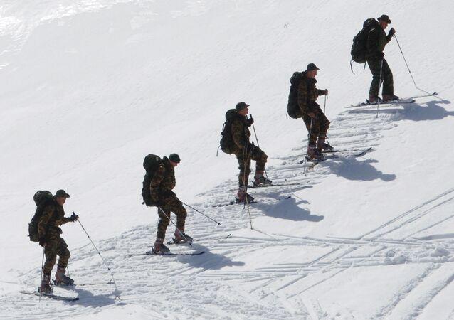 تدريبات فريق الاستطللاع في منطقة جبلية