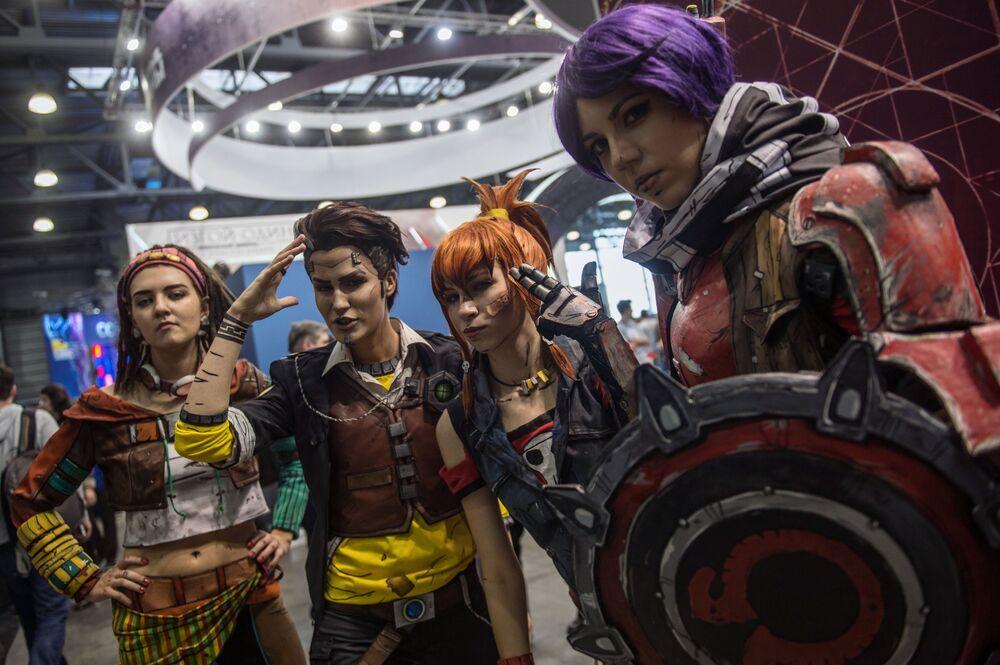 فتيات أفلام الخيال - فتيات ترتدين أزياء شخصيات سينمائية في  مهرجان Comic Con Russia في موسكو