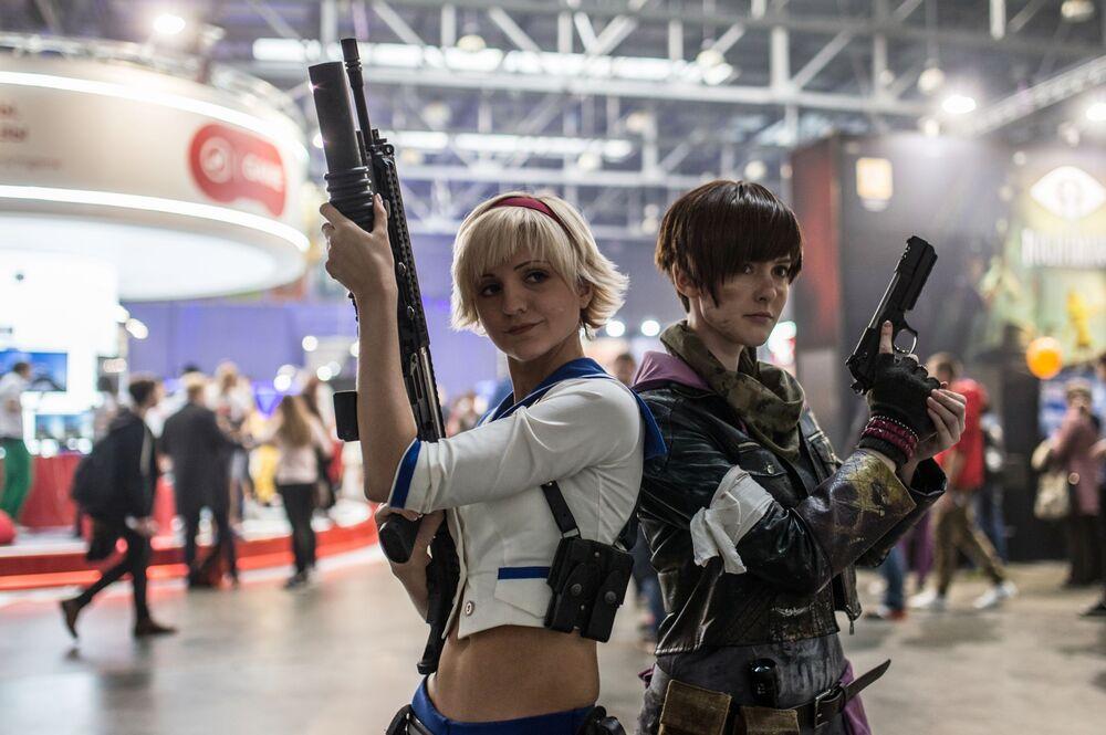 فتيات أفلام الخيال خلال مهرجان Comic Con Russia في موسكو