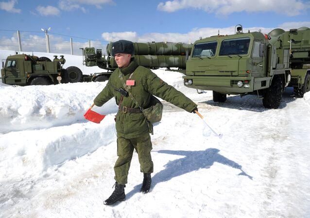 جندي من الكتيبة الرابعة للدفاع الجوي-الفضائي خلال إنزال أنظمة الدفاع الصاروخية اس-400 (تريومف) بإقليم موسكو