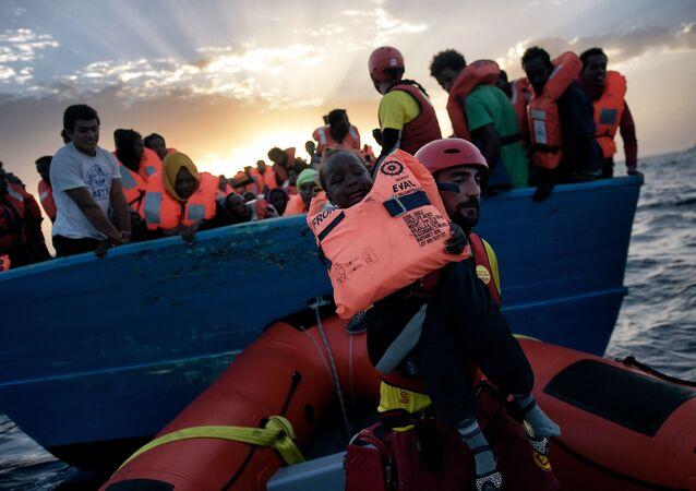 إنقاذ طفل من سفينة للمهاجرين في البحر الأبيض المتوسط