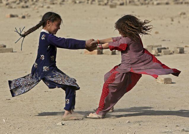الفتيات الأفغانيات تلعب في أحد شوارع كابول، أفغانستان