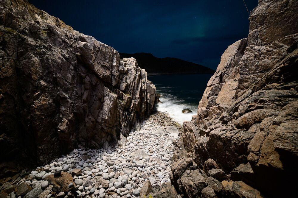 لغز الجمال الساحر لشمال روسيا - شاطئ بجرف صخري في قرية تيريبيركا بمقاطعة مورمانسك.