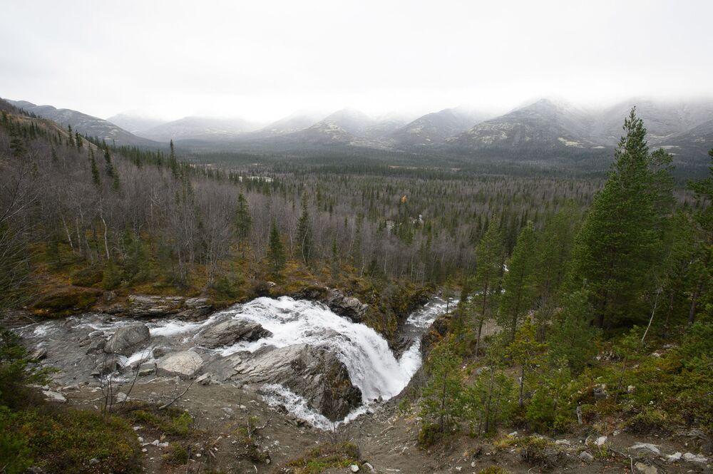 لغز الجمال الساحر لشمال روسيا - شلال في جبال خيبيني