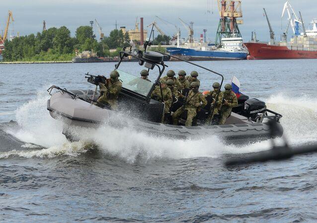أفراد القوات الخاصة الروسية خلال مراسم افتتاح العرض الدولي الـ 7  للدفاع البحري في سانت بطرسبرع