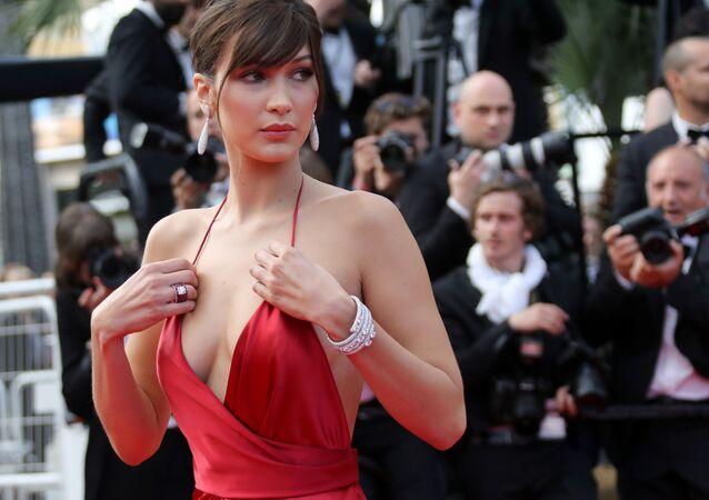 عارضة الأزياء الأمريكية بيلا حديد