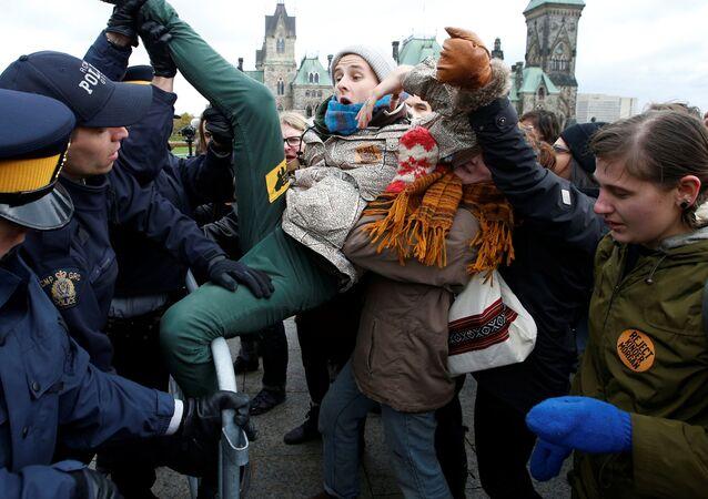 شاب يحاول الافلات من من أفراد الشرطة خلال مظاهرات اجتاحت أونتاريو، كندا 24 أكتوبر/ تشرين الأول 2016
