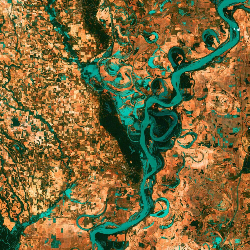 مشهد لنهر المسيسيبي الملتوي في أمريكا الشمالية