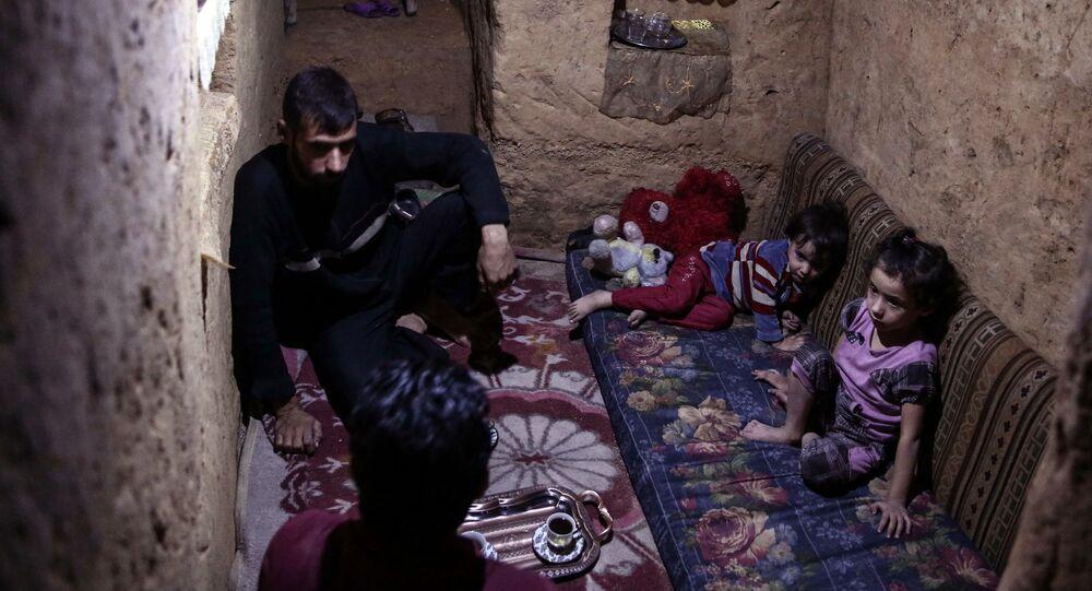 أطفال وكبار يختبئون داخل ملجأ أبو عمر في بلدة دوما السورية، شرقي دمشق، 30 أكتوبر/ تشرين الأول 2016